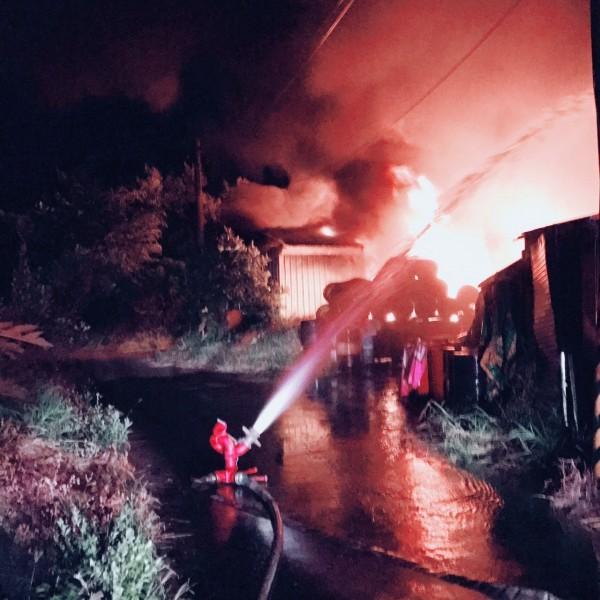 今天凌晨,台南永康區工廠發生大火。(記者王俊忠翻攝)