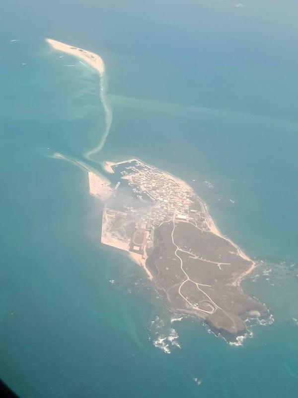 鳥嶼空拍圖,與澎澎灘相連成為祥鶴。(陳明宗提供)