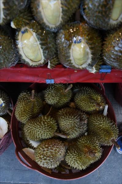 泰國政府近日宣佈,將於七月前將「水果之王」榴槤送上太空,測試其結構有何改變,以研發未來太空食物。圖為曼谷一家水果攤陳列的榴槤。(法新社)