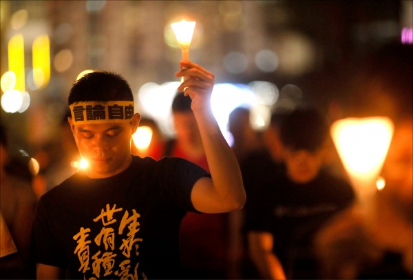 香港民眾四日晚間在維多利亞公園紀念六四天安門事件二十九週年,以燭光悼念當年中國政府鎮壓下犧牲的死難者。(美聯社)