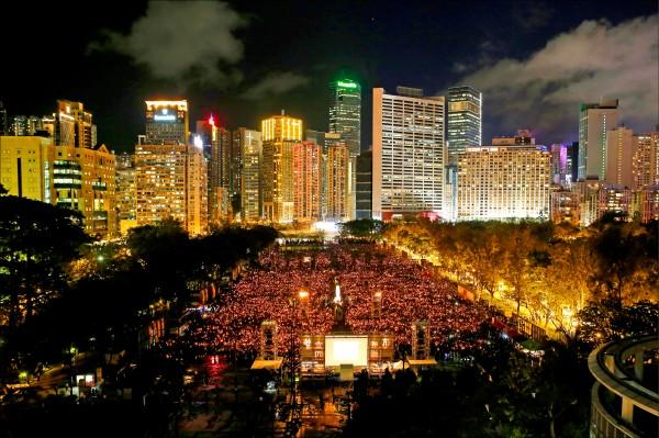 香港民眾四日晚間在維多利亞公園紀念六四天安門事件二十九週年,以燭光悼念當年中國政府鎮壓下犧牲的死難者。香港市民支援愛國民主運動聯合會表示,今年約十一.五萬人到場,比去年多約五千人。(美聯社)