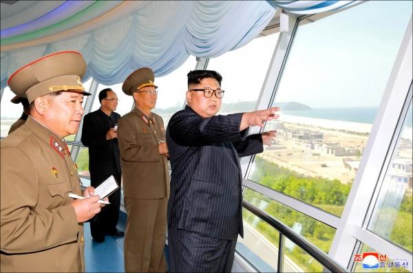 北韓中央通信社發佈的一張未註明日期的官方照片中,金正恩(右一)正視察東部元山葛麻濱海度假區,新任人民軍總政治局局長金秀吉(右二)也隨侍在側。(路透檔案照)