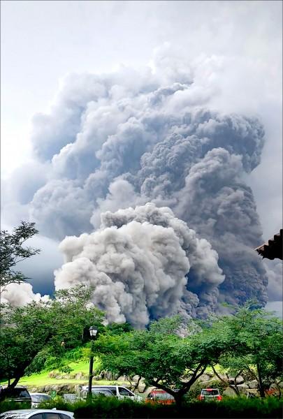 瓜地馬拉沙卡德貝格省阿洛特南戈市(Alotenango )的火峰火山三日爆發,網友拍下煙灰密佈的畫面。(法新社)