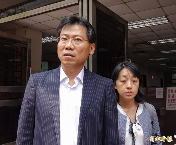 「小燈泡」父親今首度出庭,哽咽道出對女兒去世的不捨,並以防衛社會安全的角度,指希望兇嫌王景玉被判死。(記者劉信德攝)
