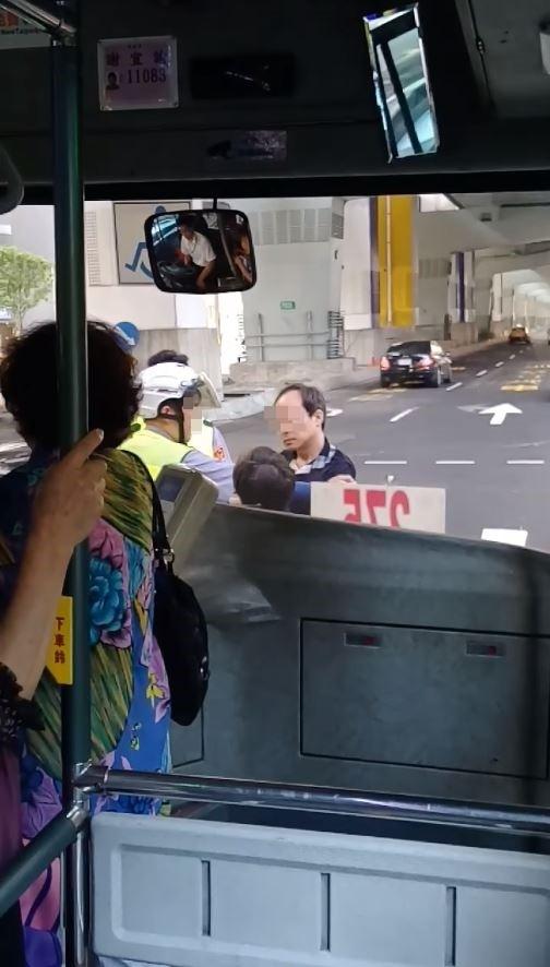 1名身穿深色上衣的中年男子,僅因275路公車司機不在站牌以外之處讓他上車,竟肉身擋車。(圖擷取自爆料公社)