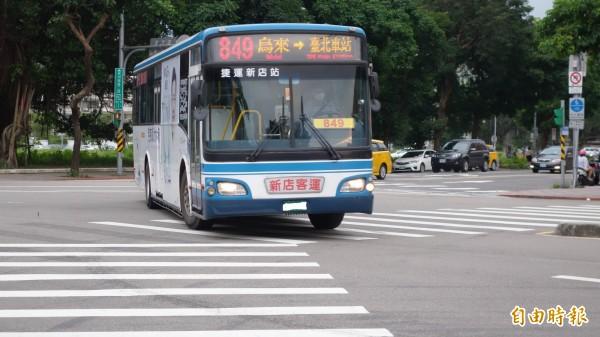 交通部將修法,要求包含市區客運在內的所有大客車,上高、快速公路都不得使用翻修輪胎。(資料照)