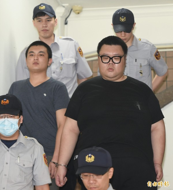 W飯店女模命案被告「土豪哥」朱家龍(右)二審遭高院重判10年,左為同案被告洪聖晏。(資料照)
