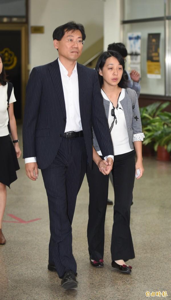 小燈泡的父母劉大經(左)、王婉諭(右)手牽著手走出高院,並表示沒有接受兇嫌王景玉的道歉,希望法官能判處兇嫌死刑。(記者劉信德攝)