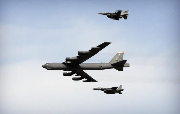 美國國防官員透露,美軍2架B-52轟炸機,於4日飛近南沙群島。(美聯社)
