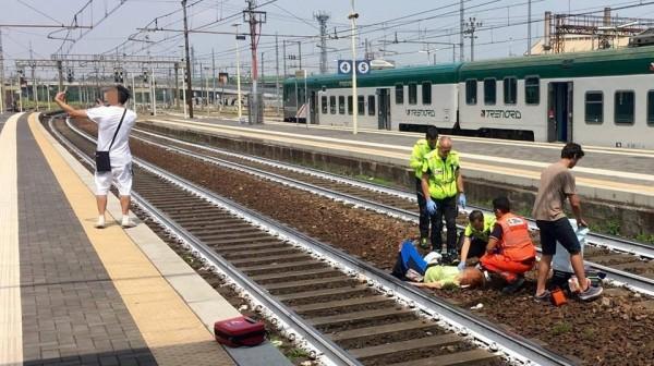 義大利皮亞琴察車站(Piacenza station),有屁孩對著遭到火車撞擊的傷患自拍,另1隻手似乎正在比YA。(圖擷自@ultimenotizie推特)