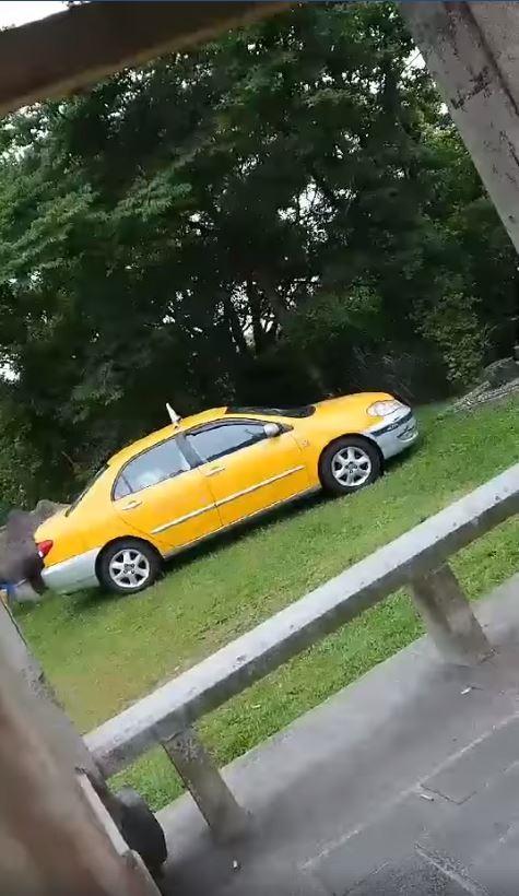 有民眾今(5)日下午2時許,在新北市汐止區姜子寮公園遇雨,因此進入涼亭躲雨,不料正巧看見1名計程車司機載人到該處大玩車震。(圖擷取自爆廢公社)