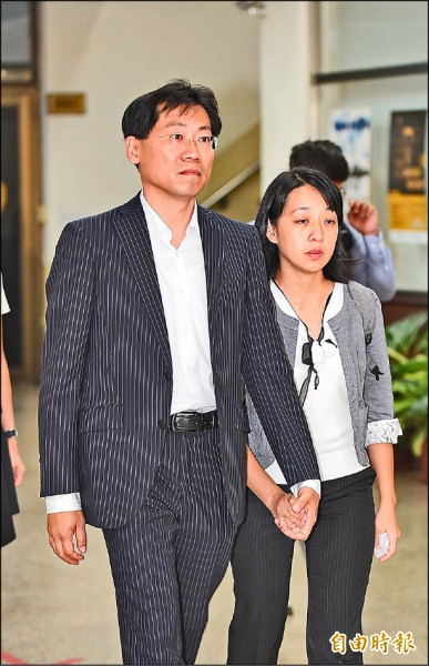 小燈泡的父母劉大經(左)與王婉諭(右)手牽著手走出高院,並表示不會接受兇嫌王景玉的道歉,希望法官能判處兇嫌死刑。(記者劉信德攝)