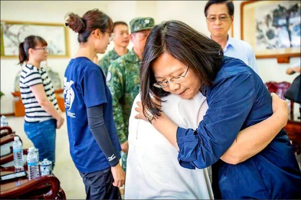 總統蔡英文昨前往空軍花蓮基地慰問飛官吳彥霆家屬,吳母抱著總統痛哭。(取自蔡總統臉書)