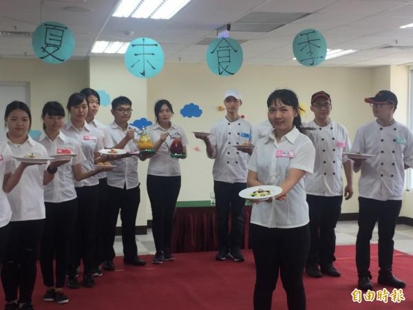 東專餐旅管理科畢業生展現五年所學。(記者張存薇攝)