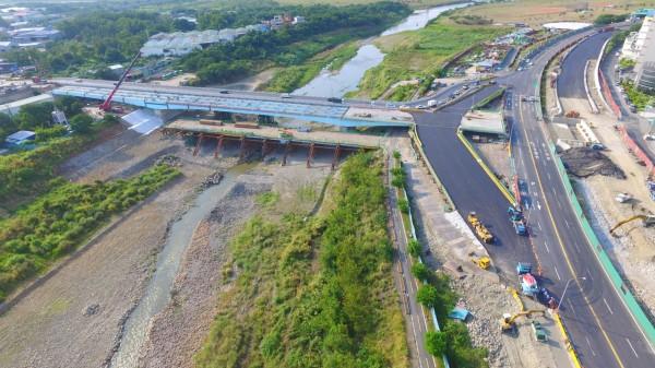 負責工程的新北市政府新建工程處表示,未來橋梁將配置雙向各2線主車道、機車道、人行道,同時也新增自行車牽引道銜接河濱自行車道。(新北市工務局提供)