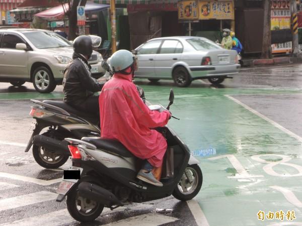酷熱北高雄終於下雨了民眾:淋雨很開心- 生活- 自由時報電子報