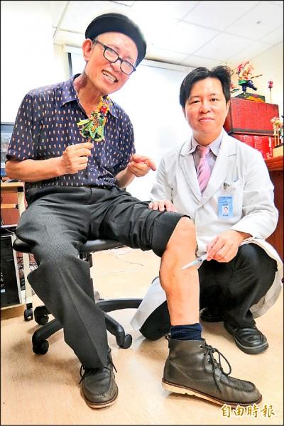 ▲捏麵達人施教鏞(左)自費接受林子鈞醫師(右)的注射治療後,終於能安心工作。(記者蘇孟娟攝)