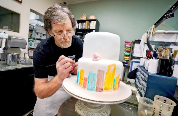 美國科羅拉多州一名基督徒蛋糕店老闆菲力普斯基於宗教理由,二○一二年拒絕為一對同性戀伴侶製作結婚蛋糕,因而被科州民權委員會控告歧視,但聯邦最高法院四日裁定民權委員會敗訴。(路透檔案照)