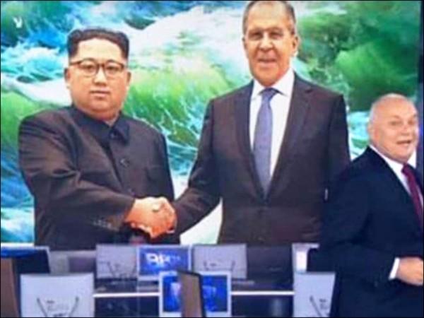 金正恩(左)似乎「笑得不太自然」,俄媒P圖穿幫。(取自網路)