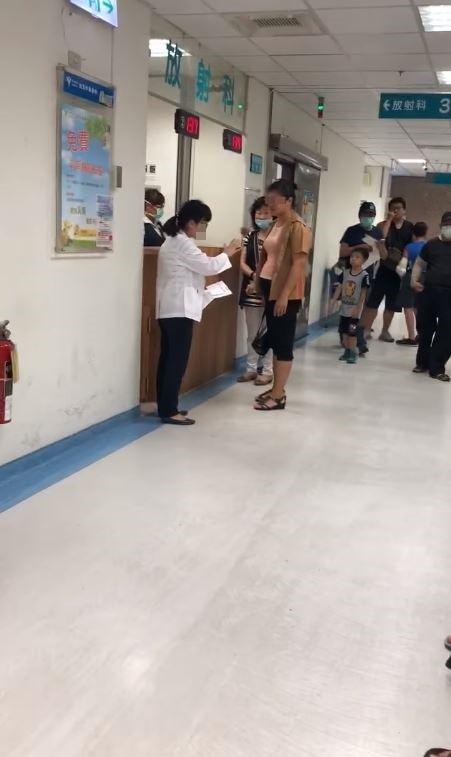 護理師向1名粉紅上衣女子解釋,所有病患都是按照時間排隊檢查,但女子認為,院方應致電提醒檢查時間,才不會讓她遲到。(圖擷取自爆料公社)