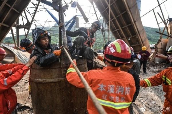 中國遼寧本溪思山嶺鐵礦昨(5)日天下午發生爆炸,中國媒體今日指出,目前已救出受困井下的23人,仍有2人失聯。(圖取自微博)