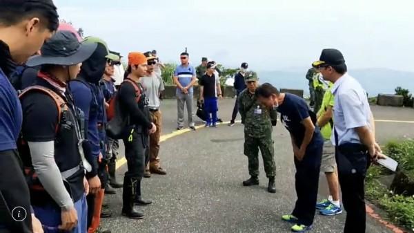 吳父(戴口罩者)感謝現場搜救人員。(記者鄭景議翻攝)