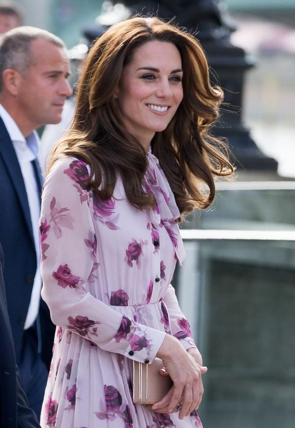 英國凱特王妃穿著Kate Spade粉紅色連身裙。(法新社資料照)
