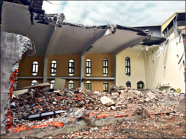 礁溪天主堂的屋頂被拆到只剩下一半。(民眾提供)