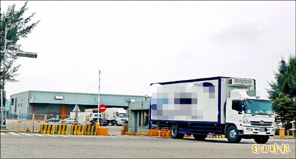 關務署昨表示,5月7日的確有發生貨櫃遭非法移動的事件,圖為事發地點自由貿易港區。(記者姚介修攝)