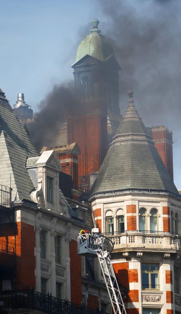 英國倫敦文華東方酒店失火,屋頂冒出黑煙。(路透)