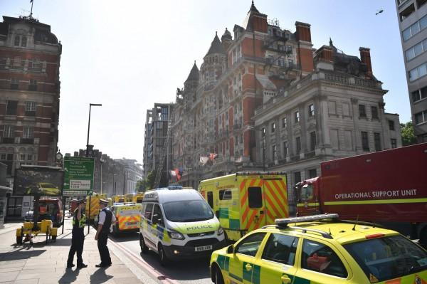 警車與消防車擠滿失火酒店前的街道。(法新社)