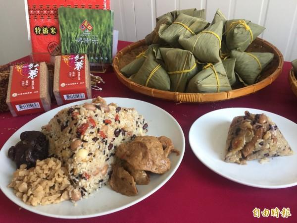 新研發的紅藜五穀養生粽餡料滿滿。(記者張存薇攝)