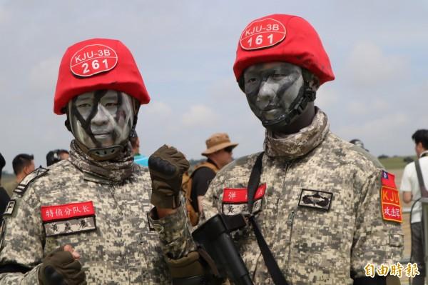 「良丰加油!」陸軍特指部特三營中尉副連長黃嘉慶(左)與上兵機槍兵黃志剛(右)兄弟檔,一起為秦良丰加油打氣。(記者歐素美攝)