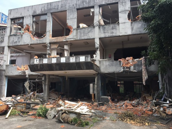 宜蘭縣礁溪天主堂建築群遭偷拆,原本教堂及文聲復健院僅剩斷垣殘壁。(孫博萮提供)