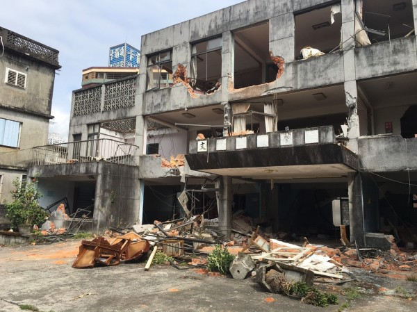 宜蘭縣礁溪天主堂建築群,近期被不明人士偷拆,原本教堂及文聲復健院僅剩斷垣殘壁。(孫博萮提供)