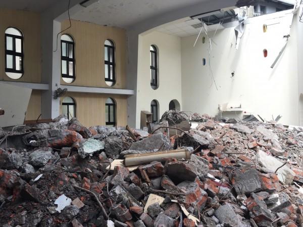 宜蘭縣礁溪天主堂建築群遭偷拆,教堂及文聲復健院只剩斷垣殘壁。(孫博萮提供)