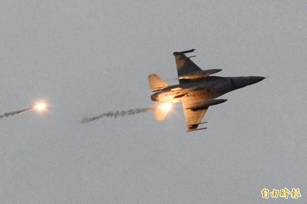 漢光演習「聯合反空機降連作戰演練」今在台中清泉崗基地登場,空軍將派出20架次的F-16戰機擔任假想敵,由於第五聯隊F-16飛官吳彥霆日前駕機失事殉職,因此第五聯隊的任務全由第四聯隊接手。圖為今天在屏東加祿堂海灘漢光登陸作戰操演,F-16戰機凌空參戰。(記者蔡宗憲攝)
