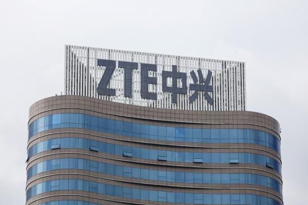 美國商務部長羅斯今(7)日指出,目前已與中國中興通訊(ZTE)協議以10億美金(約台幣297億元)的罰款,附帶繳納4億美金(約台幣118億元)的保證金,並要求中興通訊在30天內更換其董事會和管理團隊,換取美國商務部取消7年採購禁令。(彭博)