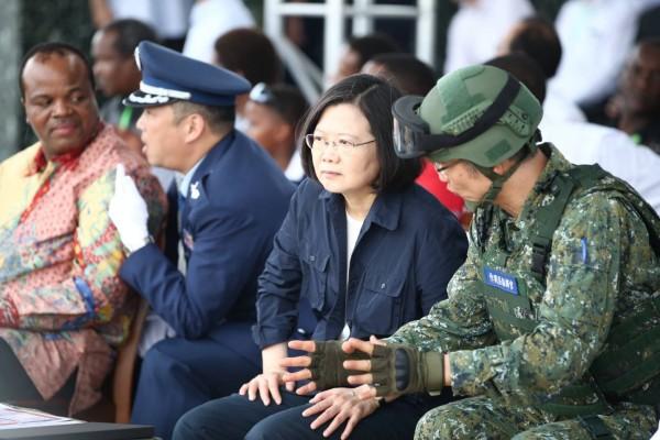 蔡英文總統視導漢光34演習反空機降操演,圖左一為史瓦帝尼國王恩史瓦帝三世。(軍聞社提供)