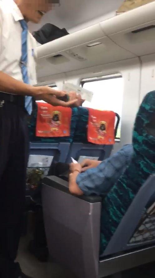 1位民眾從台北搭乘太魯閣號前往知本,因途中沒有看見販售台鐵便當的推車,竟把查驗車票的列車長攔下「盧小小」。(圖擷取自爆料公社)