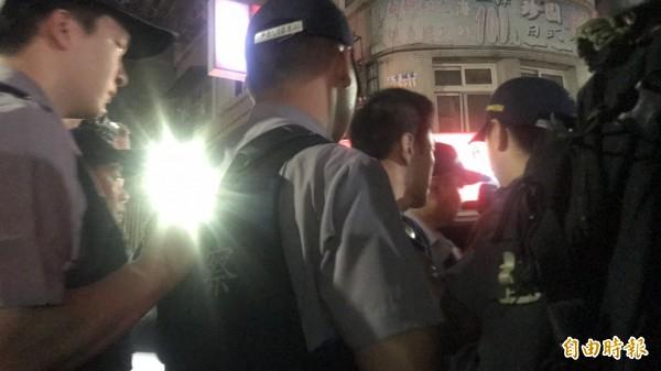 陳嫌投降後被押上警車。(記者王宣晴攝)