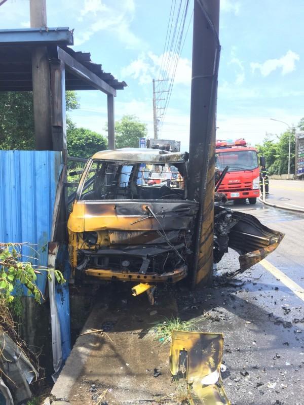 桃園市觀音區今天上午一輛中華電信公務車疑似自撞燃燒,車內駕駛明顯死亡。(記者許倬勛翻攝)