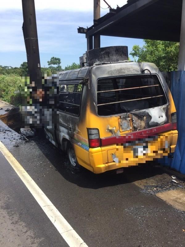 桃園市觀音區今天上午一輛中華電信公務車疑似自撞燃燒,車內駕駛頭、手都在窗外,疑似逃生不及遭烈火吞噬。(記者許倬勛翻攝)