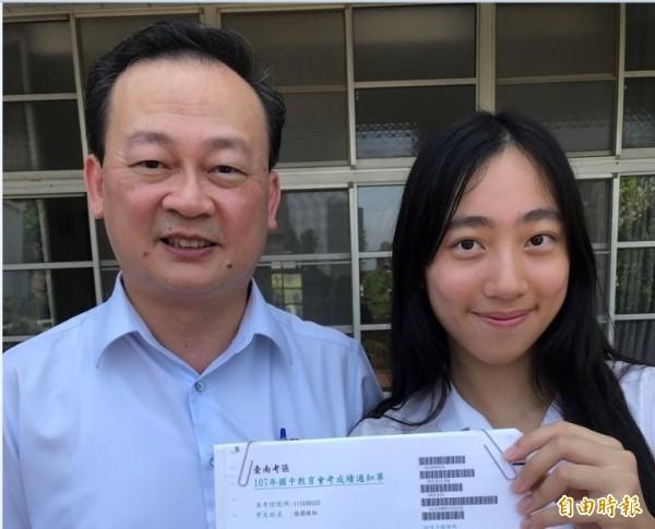 會考滿級分的張簡晴耘(右),是台南補教名師張簡永祥的小女兒。(記者洪瑞琴攝)