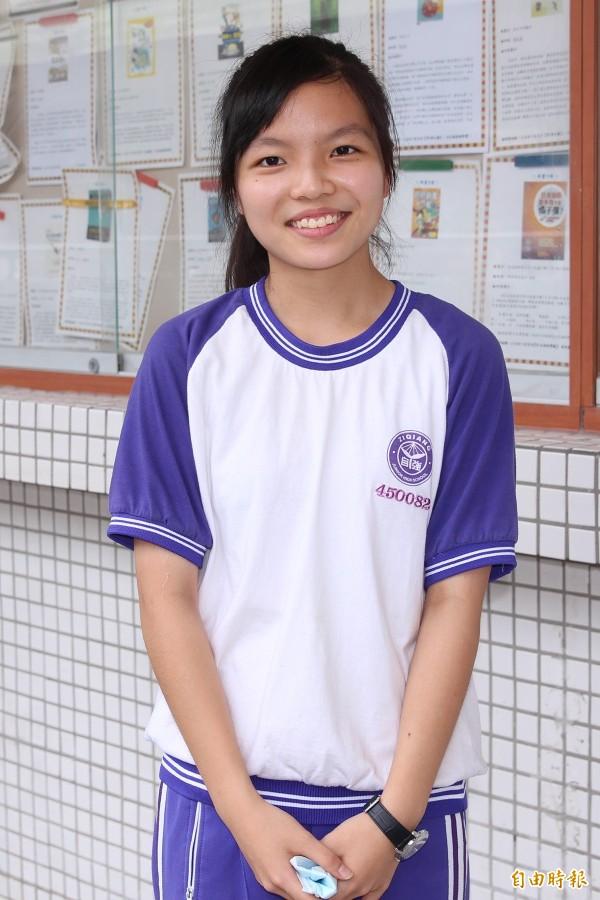 胡家嫻會考成績5科A++ ,露出開心笑容。(記者翁聿煌攝)