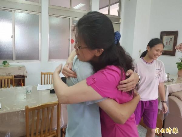 基隆市碇內國中學生葉德宏會考考出5A++、作文五級分佳績,導師陳幼芳與他擁抱。(記者俞肇福攝)