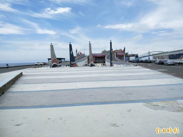 桃園市永安漁港今天下午停電,漁會辦公室、觀光漁市全部停電。(記者許倬勛攝)
