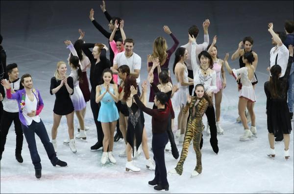 世界級頂尖花式滑冰選手在平昌冬奧的表演賽結束後齊聚滑冰場,向觀眾揮手。(歐新社檔案照)