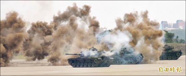 美國參議院軍委會通過2019財政年度「國防授權法案」,以參院意見表示,美軍應參加如年度漢光演習之類的台灣軍演。「漢光卅四號」演習昨登場,圖為機步特遣隊M60A3戰車發射煙幕彈,圍殲入侵敵軍。(記者劉信德攝)