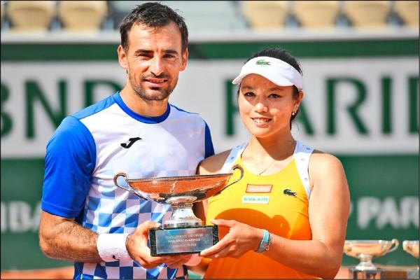法國網球公開賽混雙決賽,台灣女將詹詠然與克羅埃西亞搭檔杜帝格奪得冠軍。詹詠然也榮膺台將大滿貫混雙奪冠第一人。(法新社)